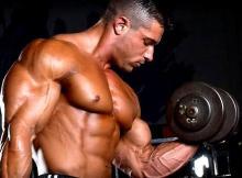 Persona che si allena sollevando pesi