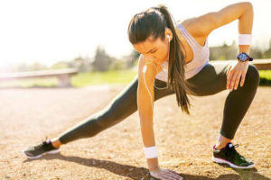 Ragazza che fa stretching